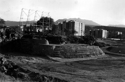 """Pirámide de Cuicuilco y condominios, """"DXCIII-40"""""""