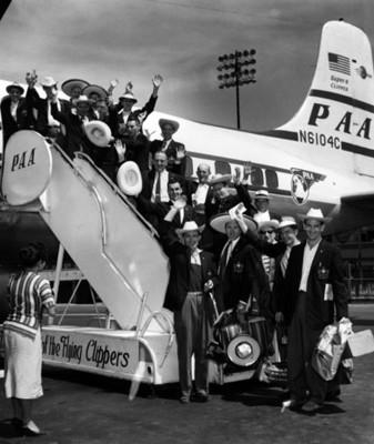 Selección Canadiense de futbol saluda desde las escaleras de un avión, retrato