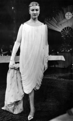 Mujer porta vestido tipo túnica durante desfile de moda