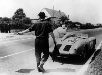 Hombres junto a carro de carreras