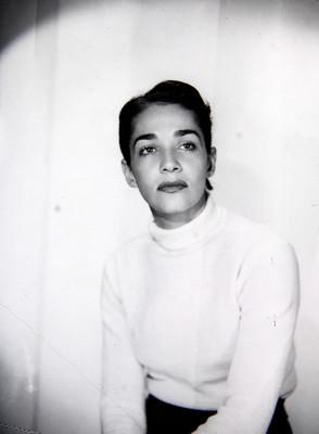 Chavela Vargas sentada con sus manos sobre su regazo, retrato