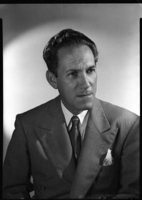 Gonzalo Curiel con rostro de perfil tres cuartos, cuerpo al frente, retrato