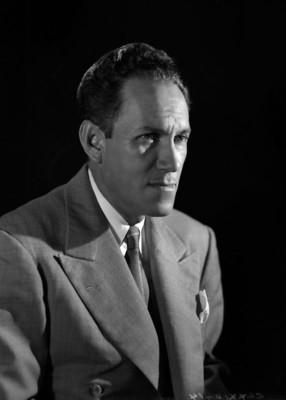 Gonzalo Curiel de perfil tres cuartos, retrato