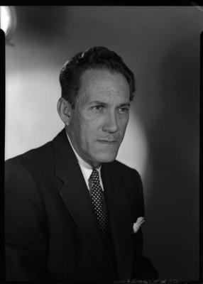 Gonzalo Curiel de frente con luz a mitad del rostro, retrato