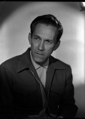 Gonzalo Curiel con rostro de perfil tres cuartos, mira a la derecha, retrato