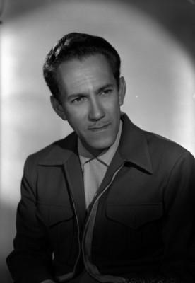 Gonzalo Curiel con la mano izquierda debajo de su barbilla, retrato