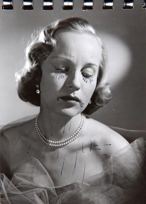 Irasema Dilián, con ojos cerrados y collar de perlas, retrato