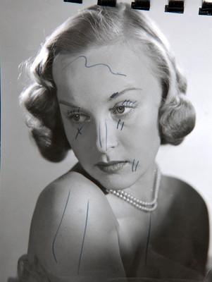 Irasema Dilián, coloca rostro sobre el hombro desnudo, retrato