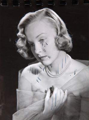 Irasema Dilián, en tres cuartos de perfil con rostro inlinado, retrato