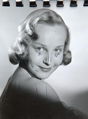 Irasema Dilián, de perfil con rostro al frente, retrato