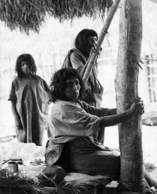 Familia del grupo étnico lacandón en su choza