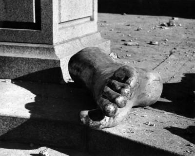 Yace junto a la columna de la Independencia, un enorme pié que perteneció al Ángel arrancado de su pedestal al ocurrir el temblor del 28 de julio