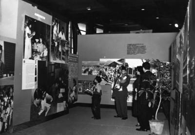 Visitantes en la exposición sobre alfabetización