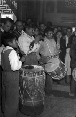 Musicos Tocan sus Instrumentos en Entrada de la Iglesia