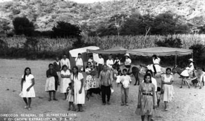 Campesinos en campamento de alfabetización, retrato de grupo