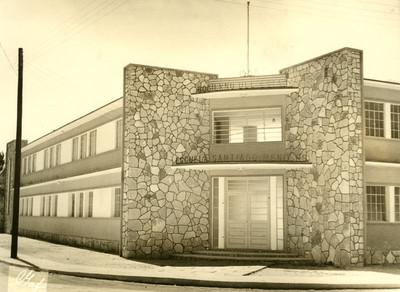 """""""Escuela Santiado Meneses"""", fachada, vista parcial"""