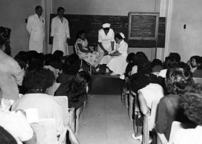 """Enfermeras"""" realizan un vendaje durante un """"curso de primeros auxilios"""", en una clínica del """"Seguro Social"""