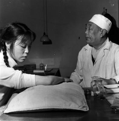 Mujer durante sesión de acupuntura