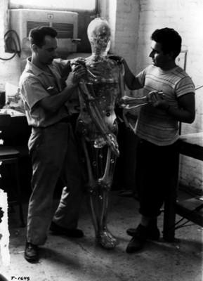 Hombres ensamblan maniquí con esqueleto humano
