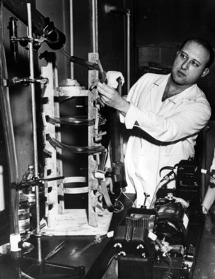 Científico ajusta durante experimento con un motor