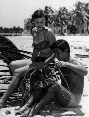 Modelo observa a hombre tejer sombrero de palma, retrato