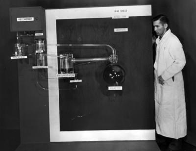 Científico junto a reactor