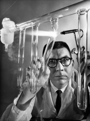 Hombre desprende tubo de vidrio con un soplete