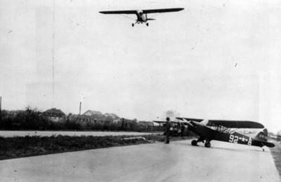 Aeroplano vuela sobre pista de aterrizaje