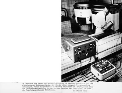 """Científico """"Dr. Freytang"""" sostiene objeto en un laboratorio"""