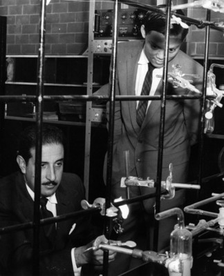 Hombre calienta tubo de ensayo en un laboratorio