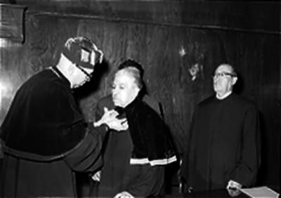 Alfonso Pruneda condecorado por un médico en el doctorado Honoris Causa durante una ceremonia