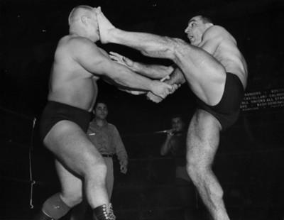 Antonio Roca golpea en la cara a su rival