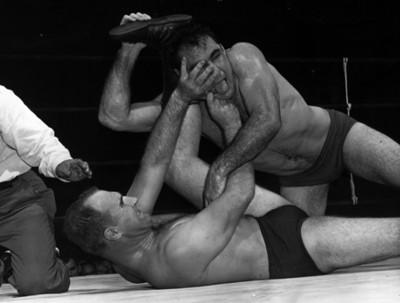 Luchador aplica llave a su contrincante durante combate