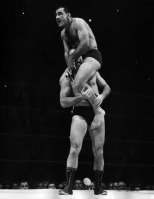 Luchador carga a hombros a contrincante durante pelea