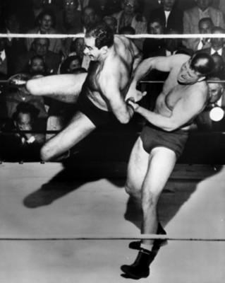 Luchado aplica llave a su contrincante durante pelea