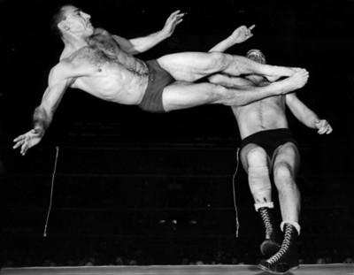 Luchadosres durante enfrentamiento deportivo