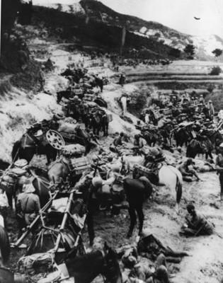 Soldados del ejército japonés descansan en un campamento