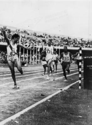 Deportistas durante competencia de atletismo juegos olímpicos