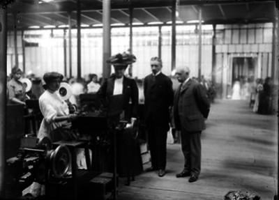 Ernesto Pugibet y visitantes en las instalaciones de la Fábrica El Buen Tono