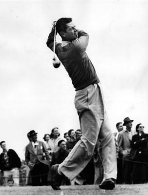 Hombre juega golf