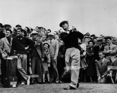 Gente observa a golfista durante trofeo