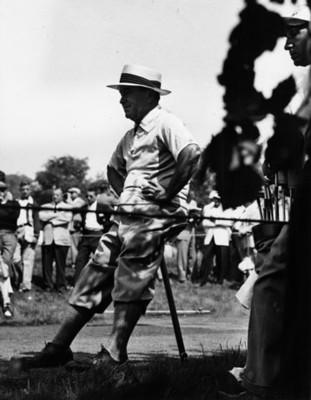 Hombre junto a palos de golf