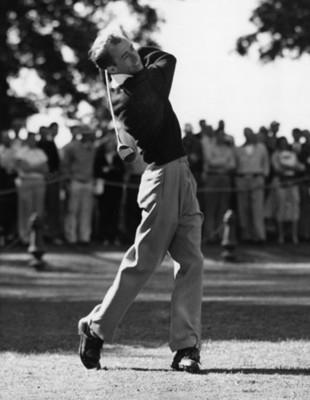 Hombre realiza tiro de golf