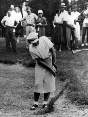 Golfista trata de sacar pelota de una trampa de arena