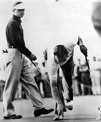 Golfista coloca pelota en un campo deportivo