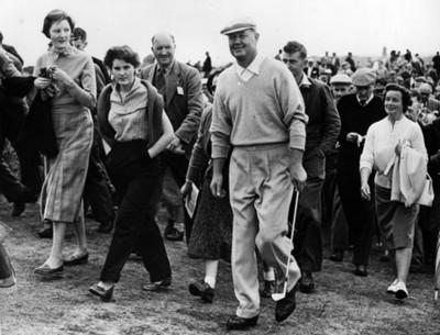 Golfista camina junto a público por un campo de golf