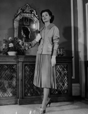 Mujer luce vestido con pliegues, retrato