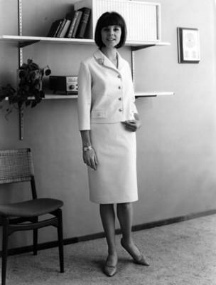 Modelo luce traje sastre de saco y falda en corte recto, retrato