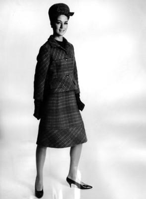 Modelo luce saco y falda con estampado escoces, retrato