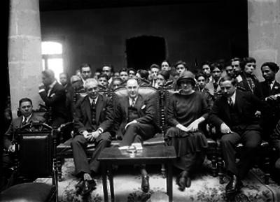 José Manuel Puig Casauranc con catedráticos, presidiendo al parecer, ceremonia escolar